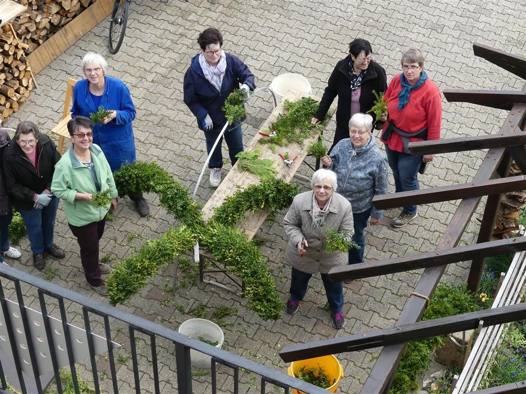 Die Helferinnen und Helfer beim Binden des Osterbaumes
